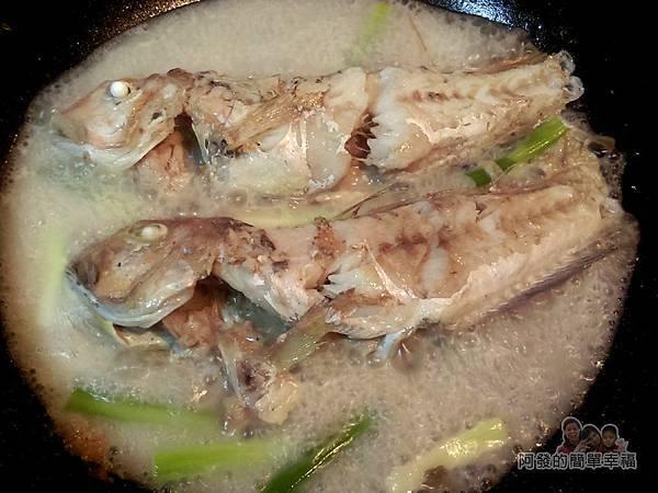 紅燒馬頭魚05-下蔥白爆香倒入5大匙的熱開水燜煮