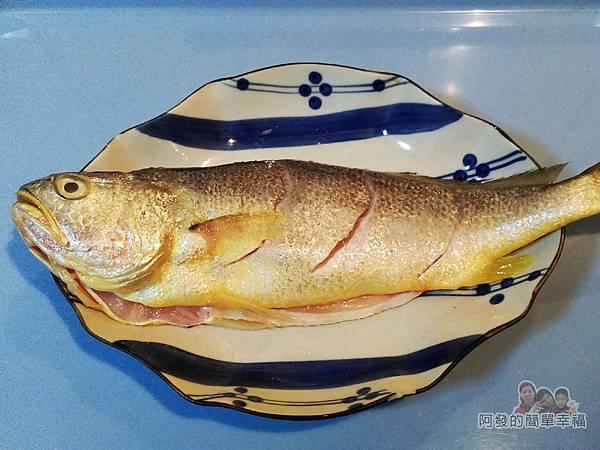 蒜燒黃魚02-抹鹽灑胡椒粉