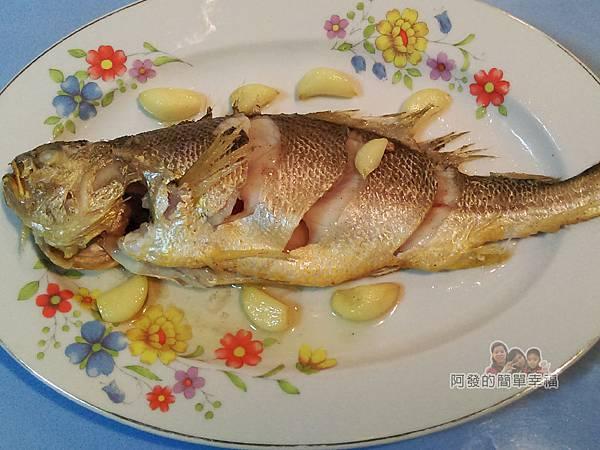 蒜燒黃魚04-撈起備用