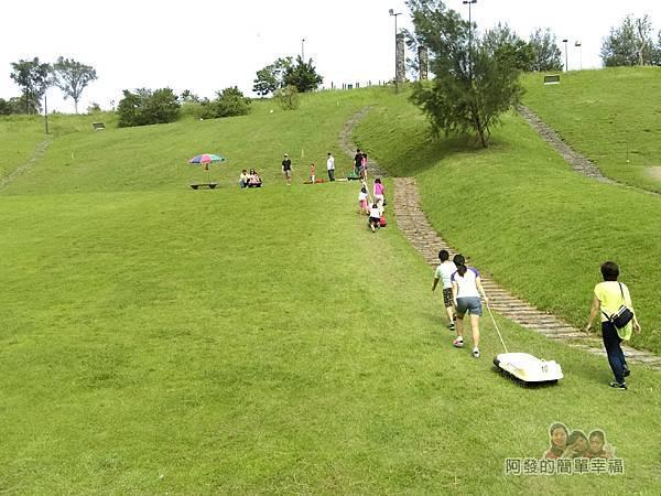 福德坑環保復育園區11-拖上斜坡的背影