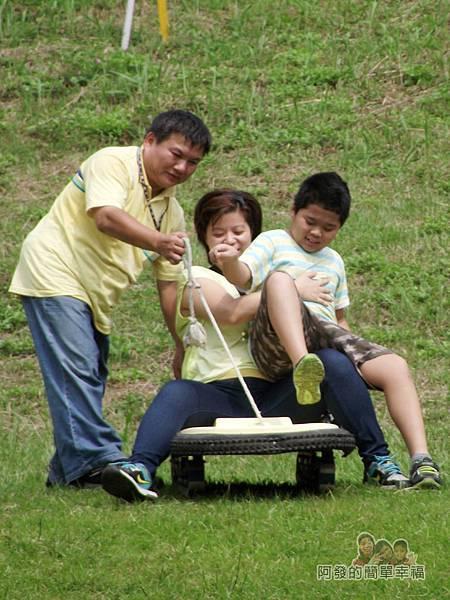 福德坑環保復育園區12-老婆和兒子準備滑下的留影