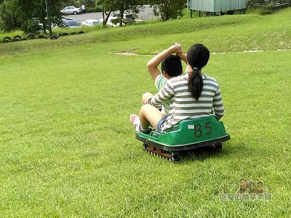 福德坑環保復育園區17-女兒和兒子滑下的身影