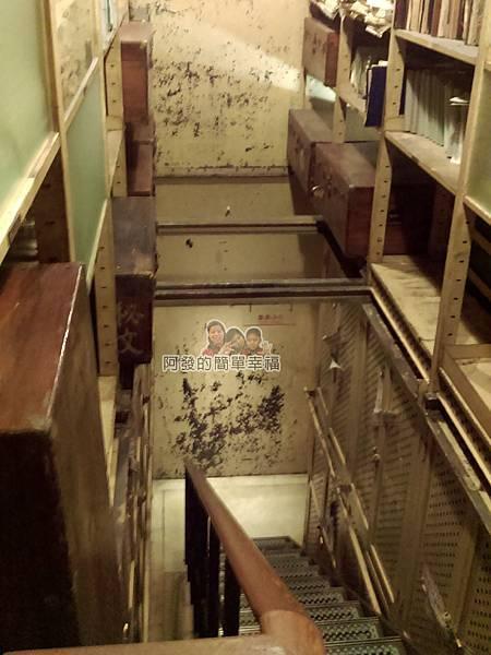 台灣博物館土銀館08-樓梯一景