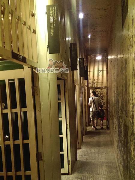台灣博物館土銀館09-2F一間間細長隔間