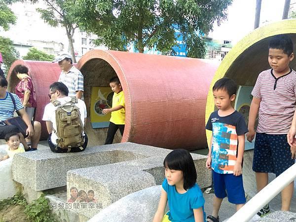 河川教育中心園區15-彩色大水管溜滑梯-排隊