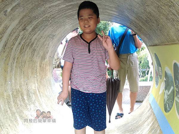 河川教育中心園區23-彩色大水管溜滑梯-大水管內留影
