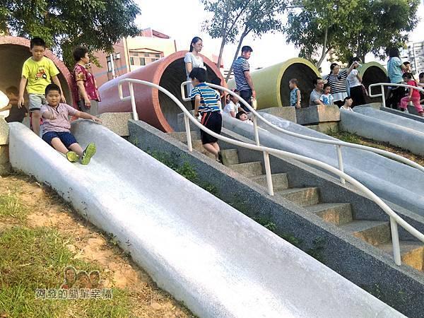 河川教育中心園區24-彩色大水管溜滑梯-準備趴兔