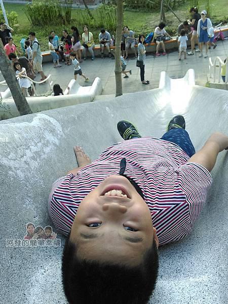 河川教育中心園區25-彩色大水管溜滑梯-躺平
