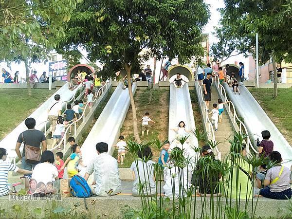 河川教育中心園區28-彩色大水管溜滑梯-外觀如由水管流下的水道