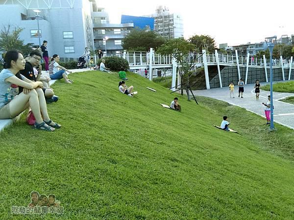 新勢公園07-空中慢跑步道旁滑草的小朋友