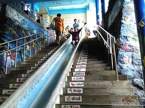 濂洞國小18-階梯兩旁也都是海底世界的繪圖