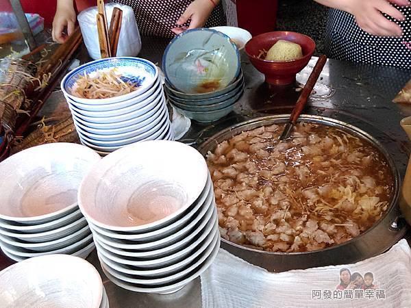 羹王老將03-攤檯上的肉羹湯鍋