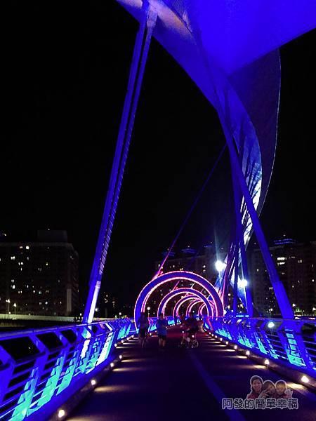 陽光橋-碧潭(夜騎)03-光雕拱圈隧道入口
