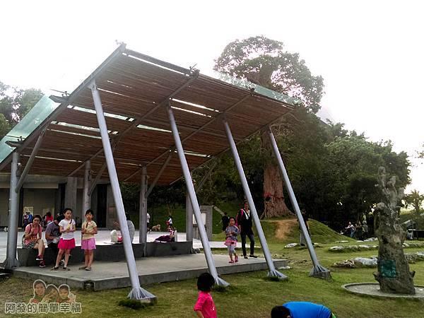 錦和運動公園06-親子休憩涼亭與仿老樹沐浴柱