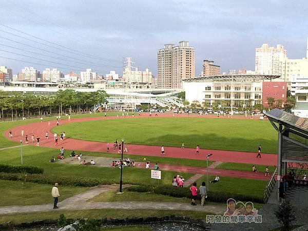 錦和運動公園10-階梯上眼下的跑道與草皮