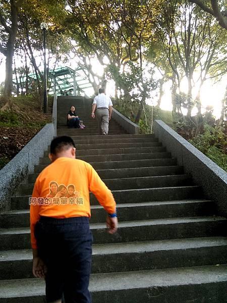 錦和運動公園23-通往觀星山丘與風力發電涼亭