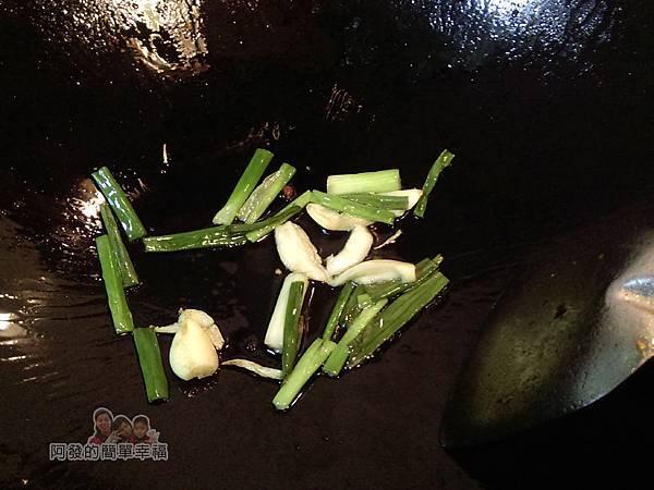 醬炒三層肉05-爆香蔥蒜