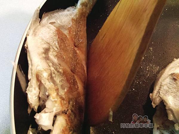 香煎肉魚06-翻面