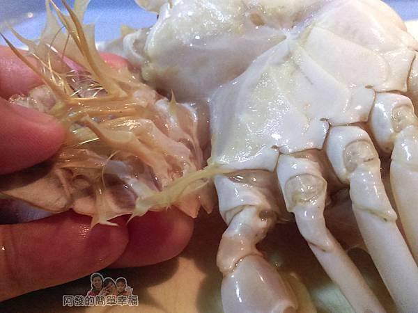 奶油螃蟹05-將蟹肚的臍蓋掰開拆下或剪下