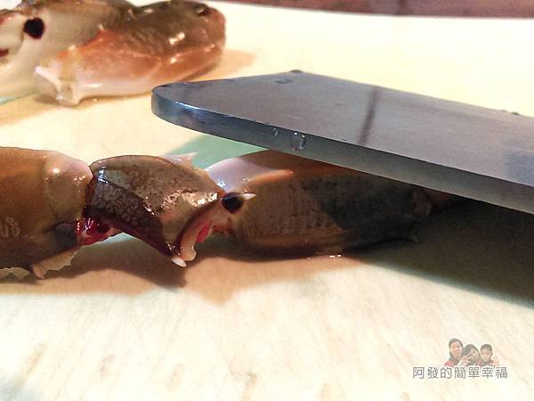 奶油螃蟹09-剪下的螯腳用菜刀背輕輕拍裂