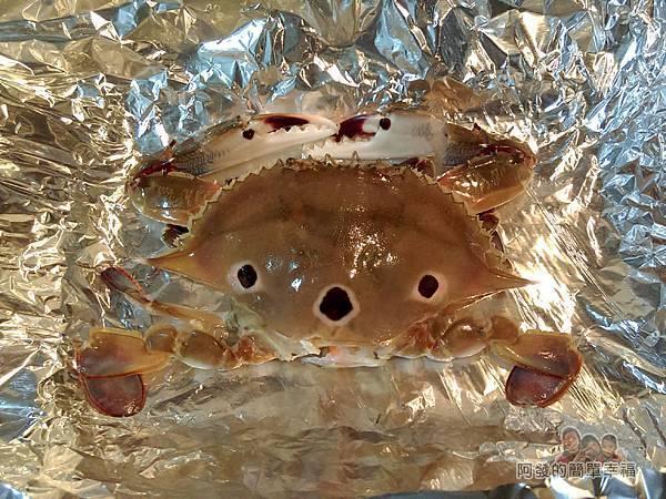 奶油螃蟹10-將分解的螃蟹組回放入鋁箔紙摺成的凹槽