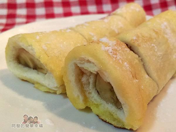 蜂蜜香蕉吐司捲10-切片撒上糖粉增添下午茶風