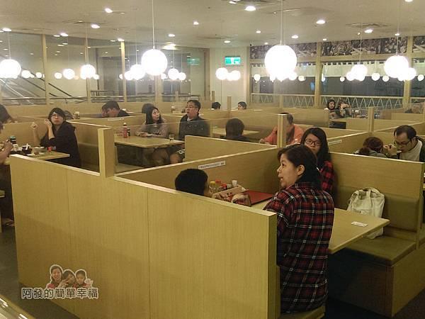 晶冠食堂09-晶冠食堂-用餐環境為大眾食堂的概念