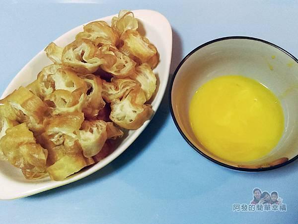 台式廣東皮蛋瘦肉粥II-05-油條切片與打蛋黃