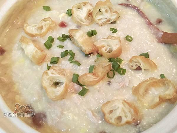台式廣東皮蛋瘦肉粥II-09-撒些油條片與蔥花
