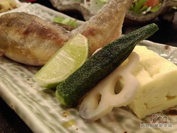 美希屋28-香魚定食-烤香魚旁的蛋捲蓮藕片