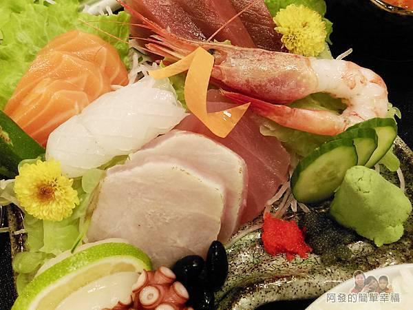 美希屋31-生魚片定食-生魚片盤俯視-外觀看起來有如一件用心又美麗的作品