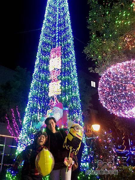 福興里聖誕公園13-高大的聖誕燈樹前留影