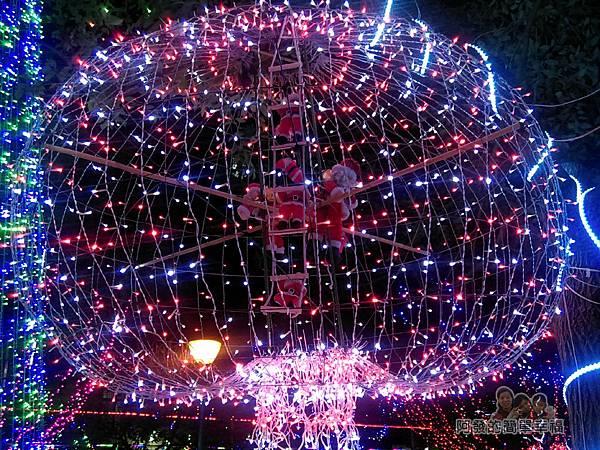 福興里聖誕公園09-大燈飾內有一群聖誕老公公
