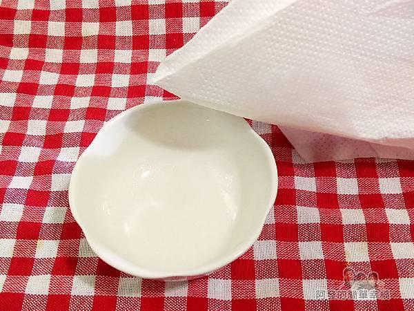 烤元氣日見吐司塔04-小碟子內用廚房紙巾沾沙拉油抹過