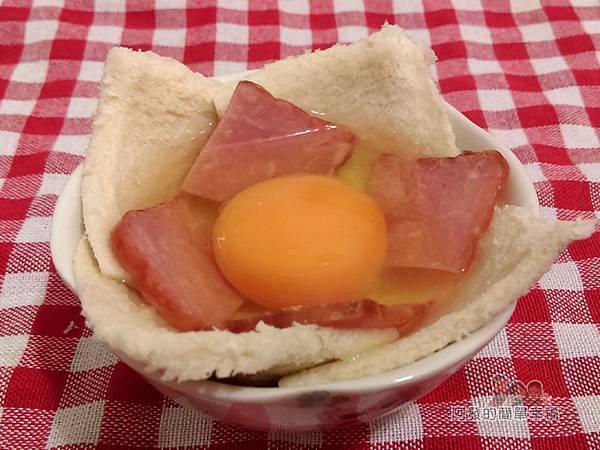 烤元氣日見吐司塔06-打入雞蛋放入火腿片