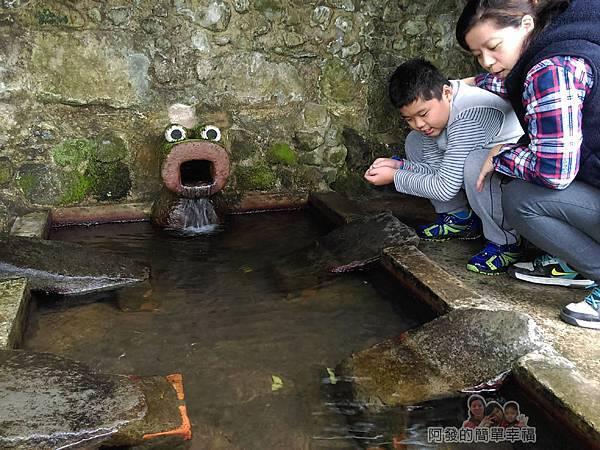 八煙聚落04-火成岩石砌洗滌池水質清澈