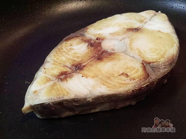 蔥燒土魠魚04-同鍋小火煎1分半鐘翻面再煎