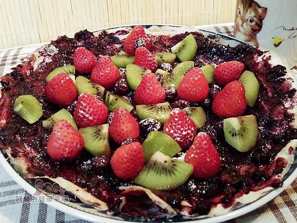繽紛莓果薄餅06-擺上水果撒上糖粉完成.jpg