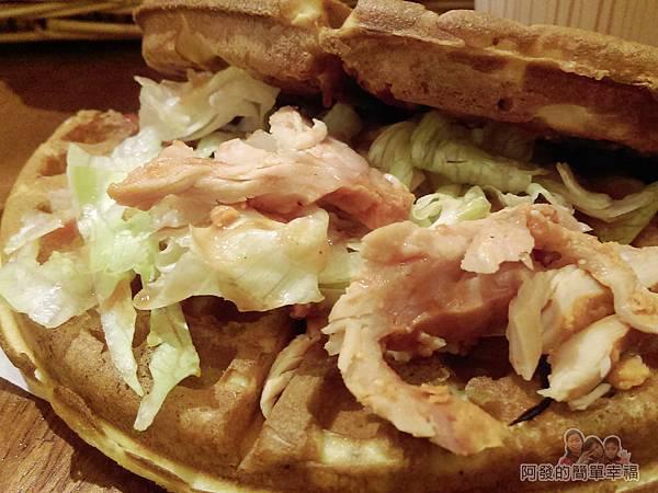 板橋小木屋鬆餅18-紐澳良雞蔬菜鬆餅滿滿的餡料