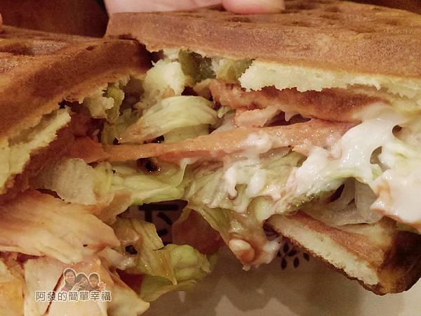 板橋小木屋鬆餅24-墨西哥燻雞蔬菜鬆餅撕開
