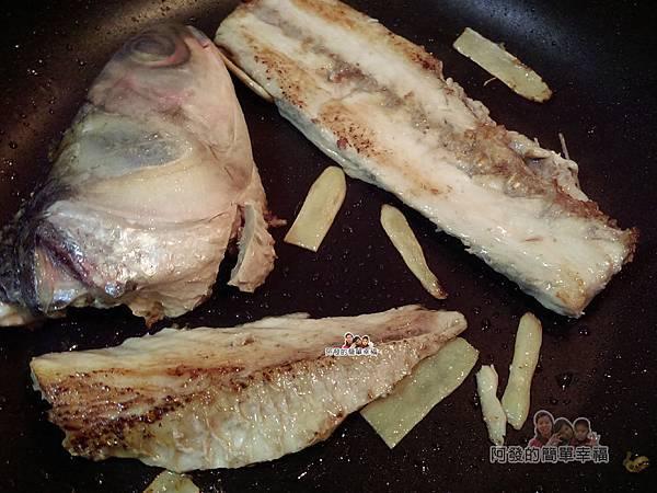 烏魚米粉湯03-下香油魚頭魚骨煎再下薑片煸香