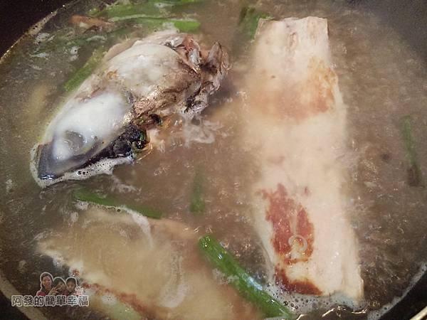 烏魚米粉湯06-下滾水煨煮