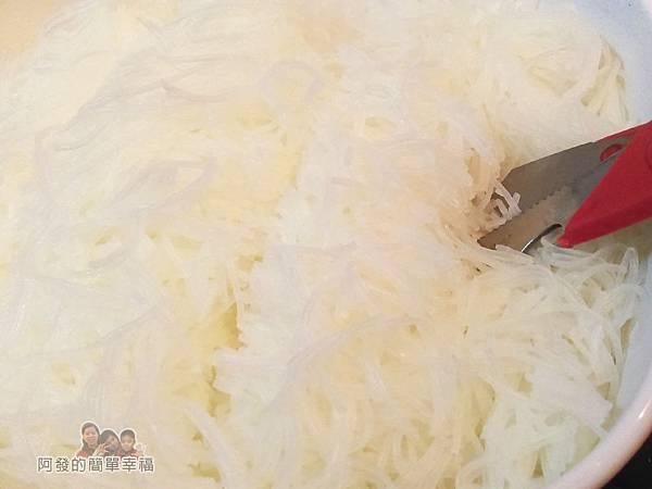 烏魚米粉湯08-撈起米粉剪成段