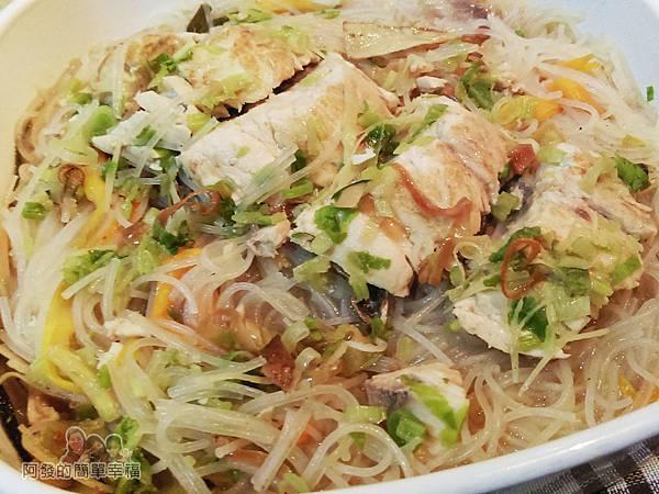 烏魚米粉湯16-將湯料肉片淋入米粉上完成
