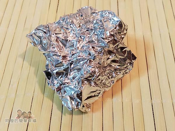 香煎白帶魚02-鋁箔紙揉成團狀