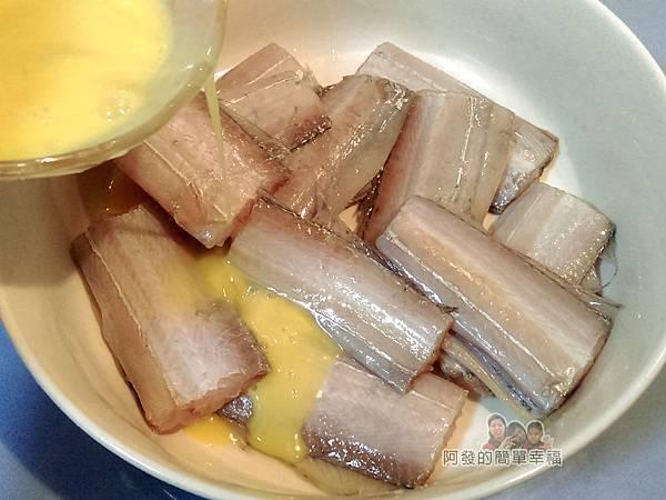 香煎白帶魚07-淋蛋液抓勻