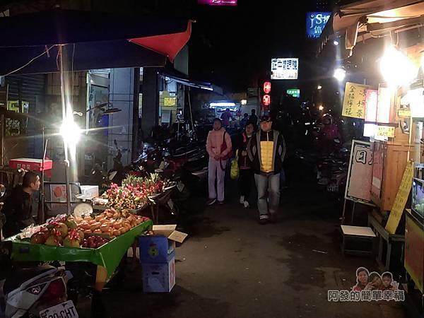 樂華夜市-麵嫂02-巷內的紅燈籠與人潮引起目光