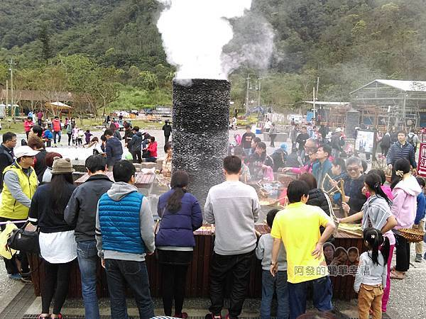 清水地熱20-地熱煮食池前滿滿的人