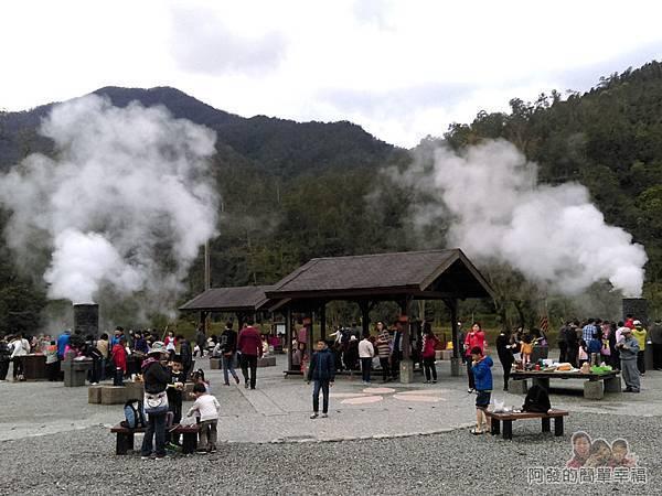 清水地熱21-地熱廣場上的遊客