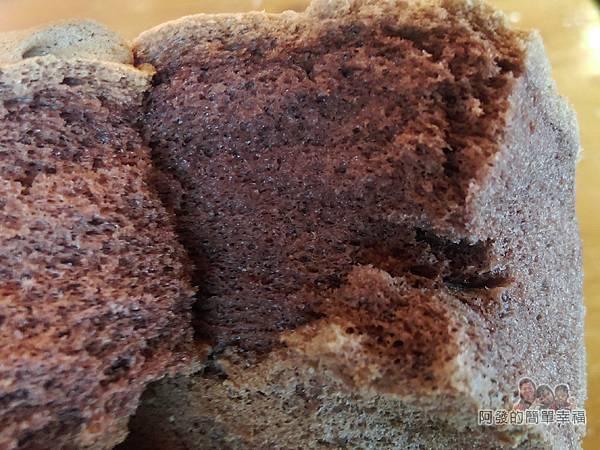 竹北-春上布丁蛋糕25-巧克力蛋糕撥開模樣